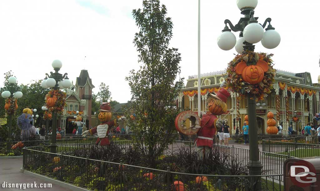 Main street usa and some halloween decorations the geek 39 s blog disney - Deco maison halloween ...