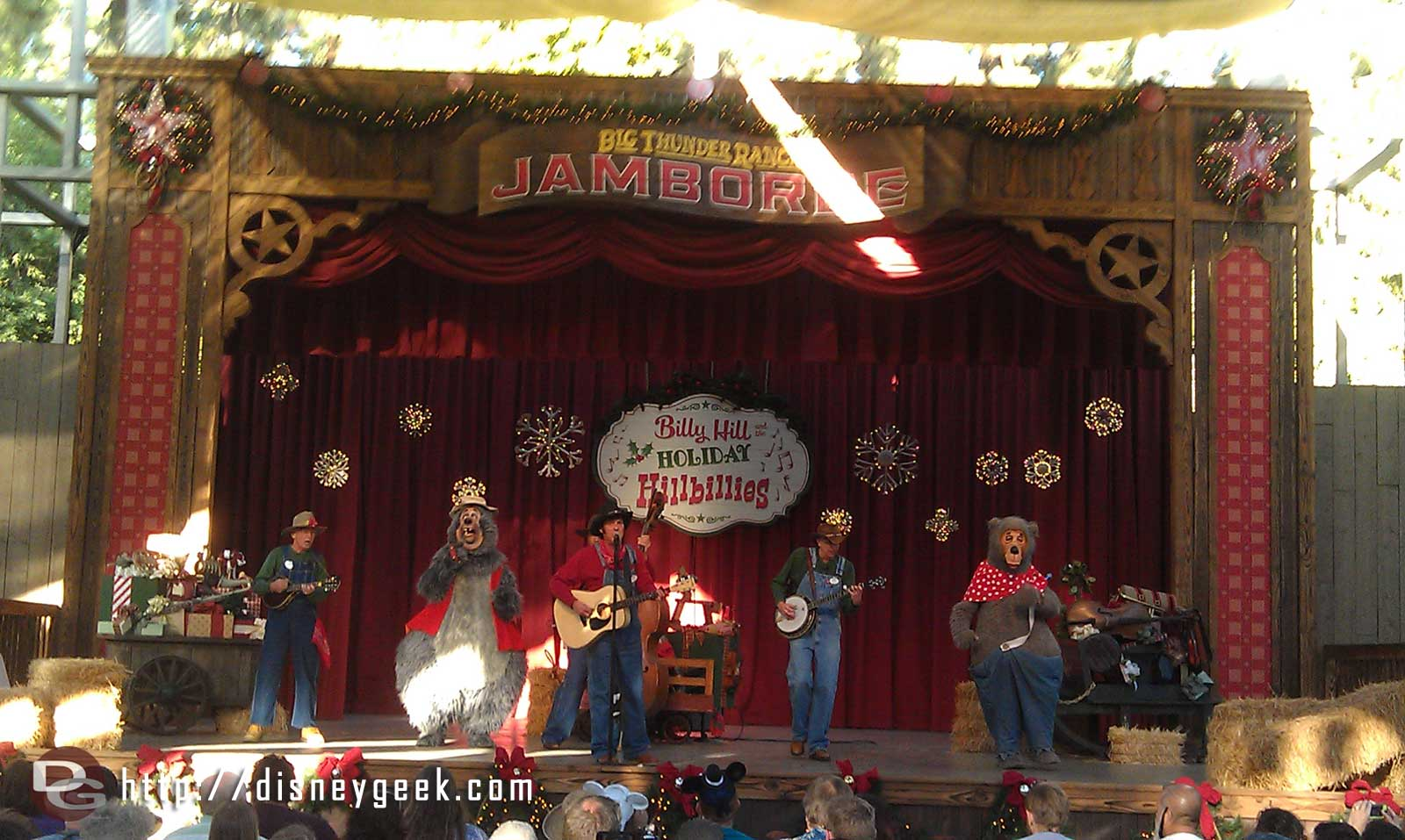 The Country Bears join the Billies for the shows finale.