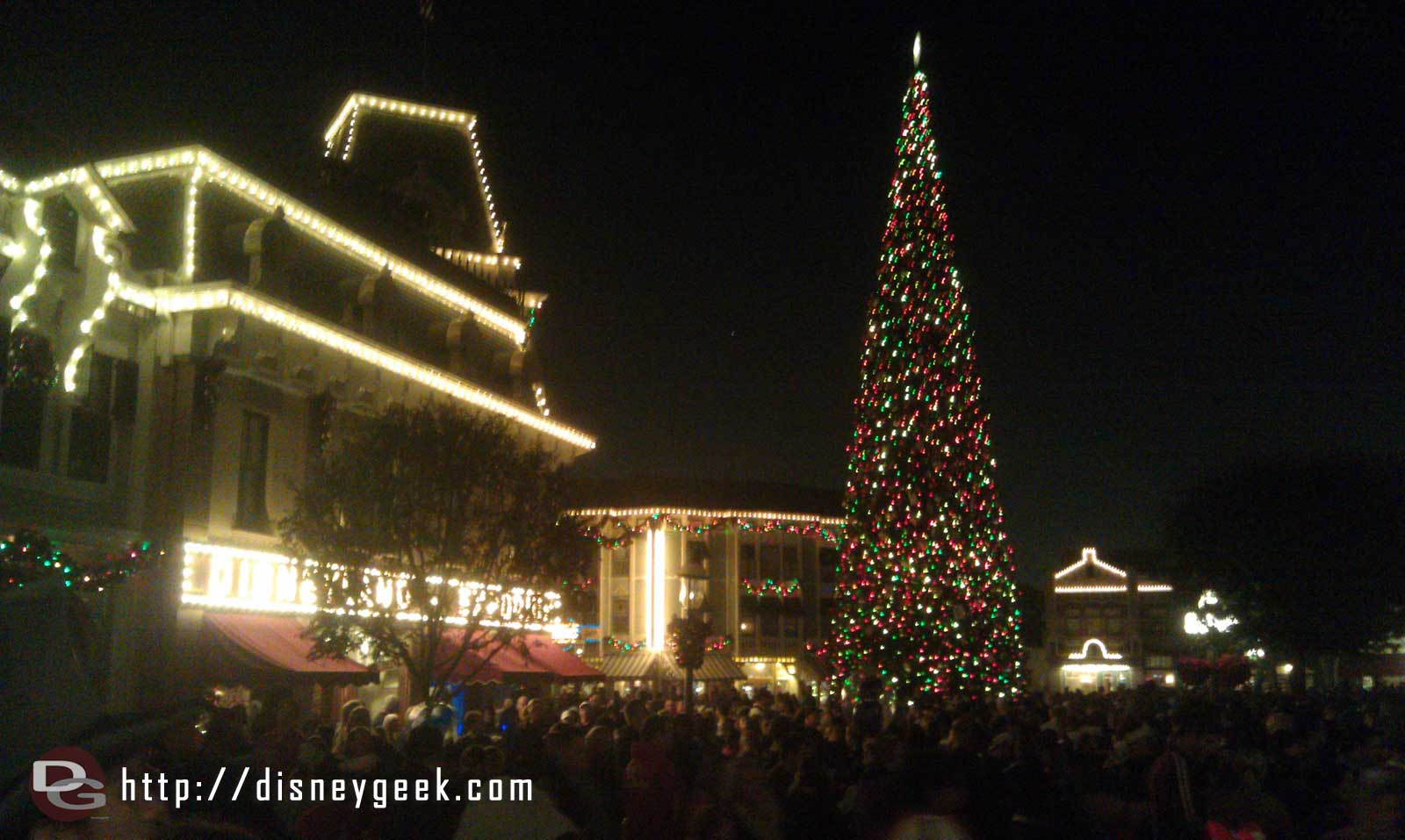 The tree on Main Street as I wait for the Candlelight to begin.