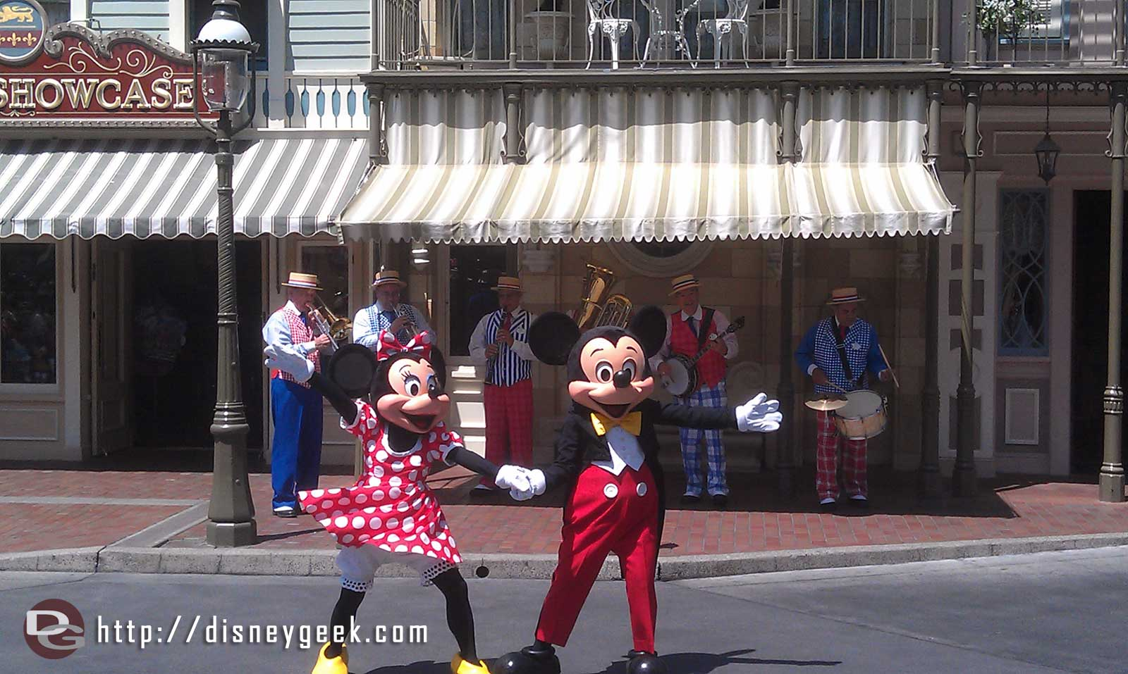 Mickey and Minnie performing with the Straw Hatters on Main Stt