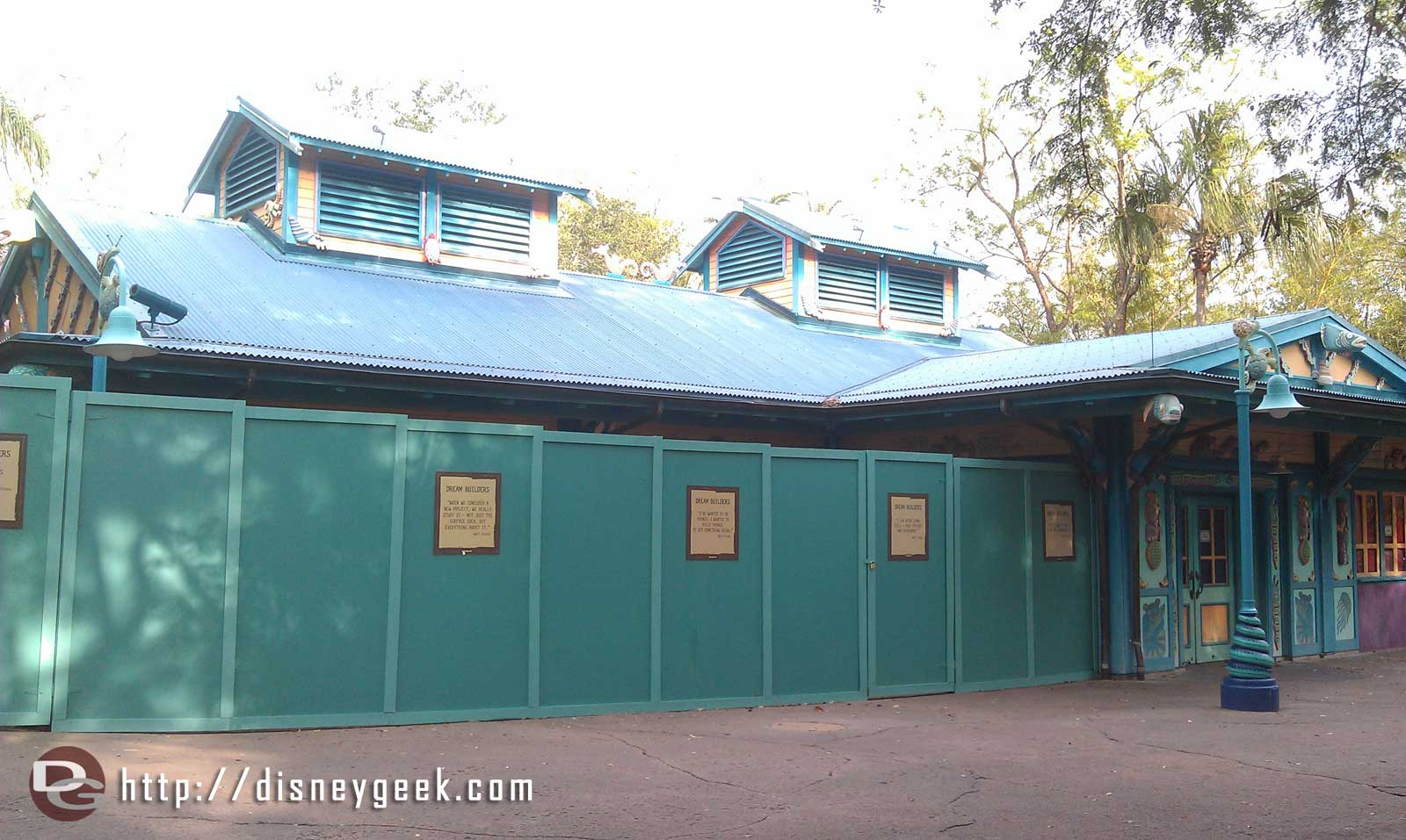 More construction walls at AK causing mild DCA flashbacks (also contributing saw Kathy Mangum @ Epcot earlier)