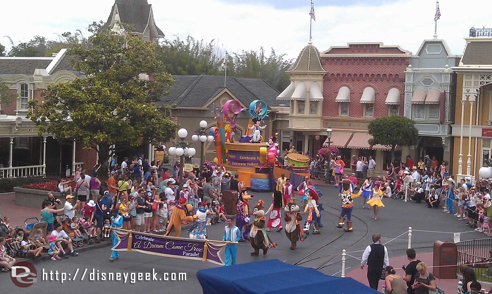 The 3:00 parade…  the MK really needs an updated parade
