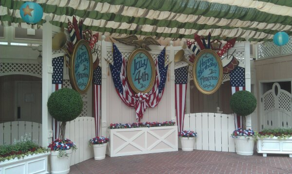 Over to #Disneyland where there is a photo op in Town Square for Independence Week
