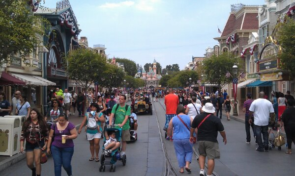 Just arrived at #Disneyland for the afternoon, a look up Main Street
