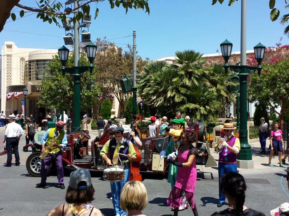 Five & Dime plus Goofy performing in Carthay Circle on #BuenaVistaStreet