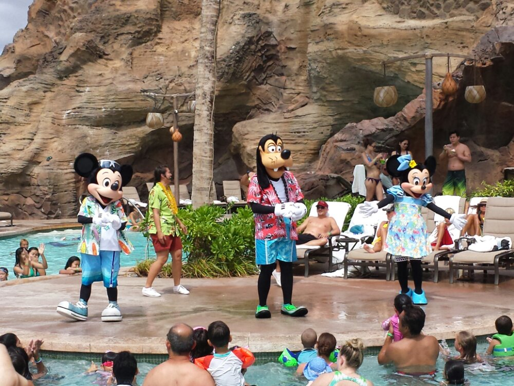 Mickey, Goofy, and Minnie closing out the pool party #Aulani
