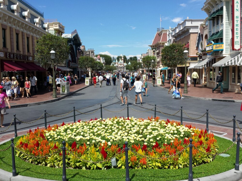 A look down Main Street USA this warm afternoon, temps are in the upper 90s #Disneyland