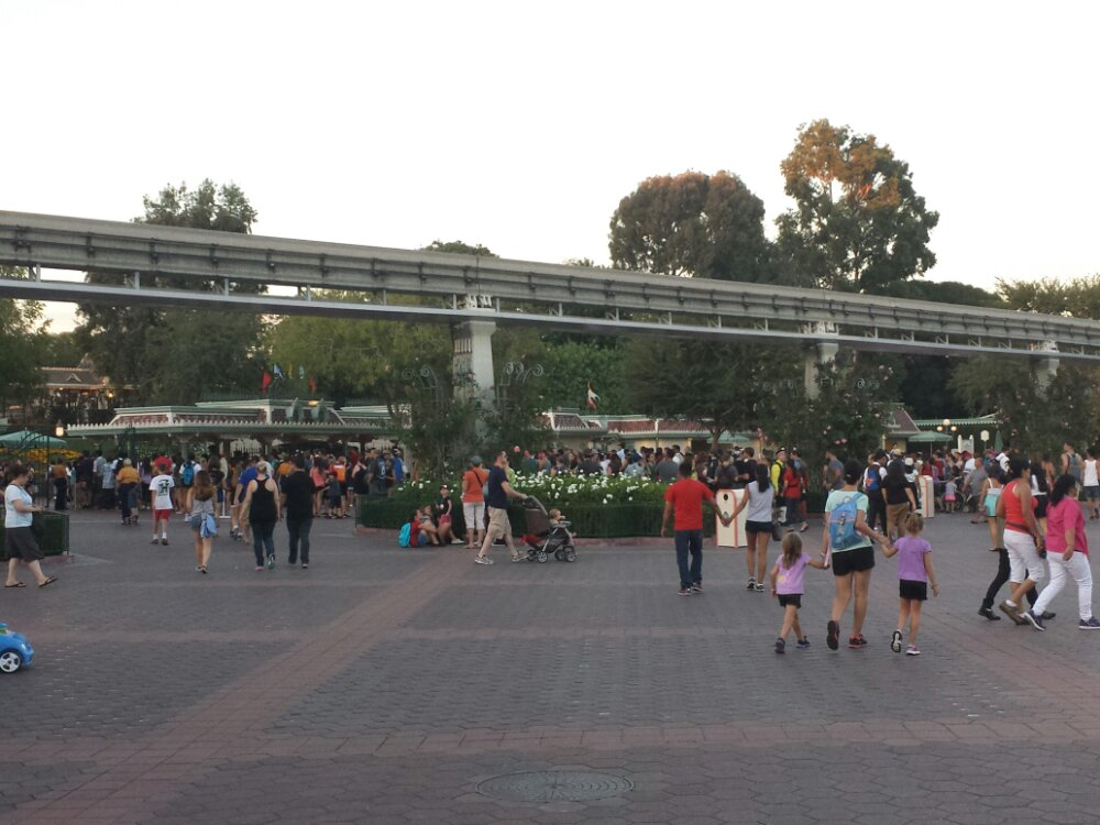 The quiet afternoon is getting busier as the sun sets as usual.  Disneyland lines stretch out to the monorail beam