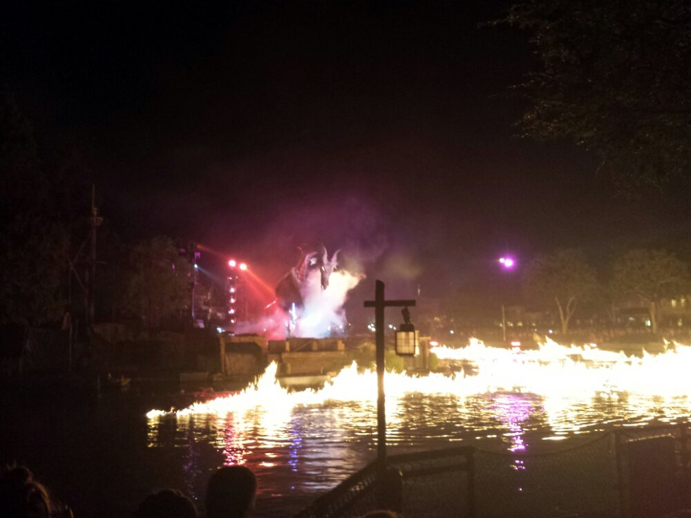 #Fantasmic dragon and river on fire this evening
