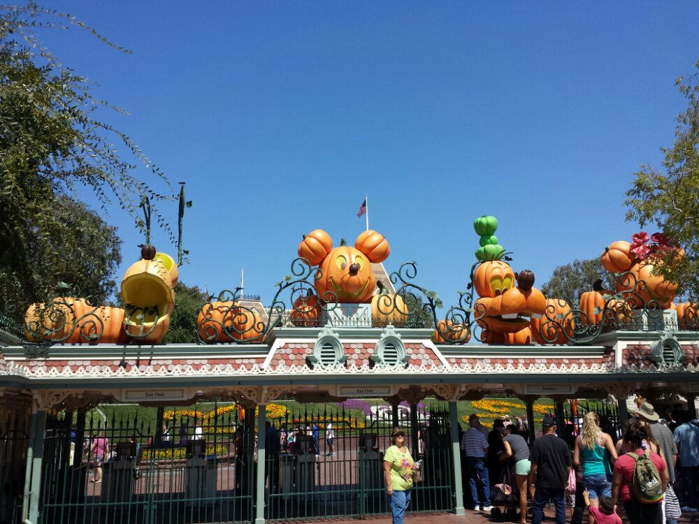 HalloweenTime begins today st #Disneyland. A look at the entrance