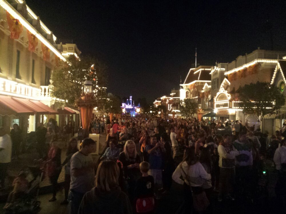 Main Street is busy as party guests arrive and the rest of us exit, #Disneyland closes at 7pm for the party