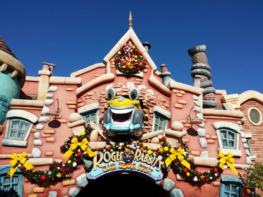 Toontown is decorated, a look at the entrance to Cartoon Spin