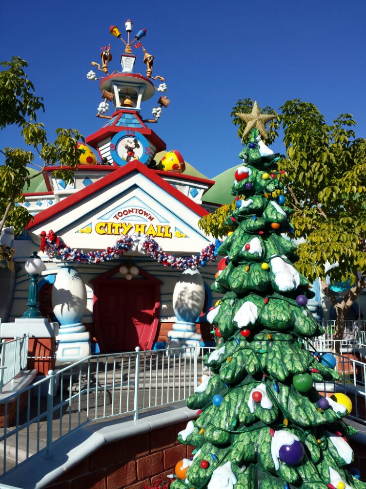 Toontown City Hall and tree