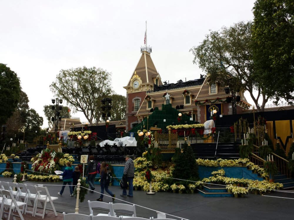 Main Street is ready for the Candlelight tonight. Guests already waiting.