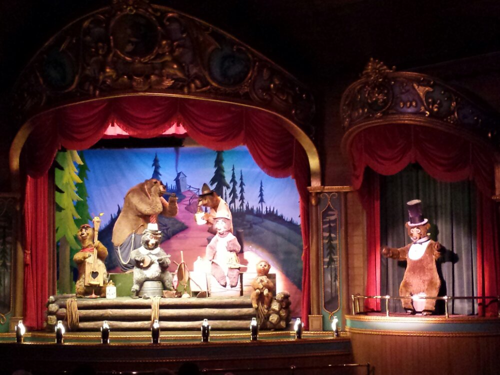 Stopped to see the Country Bears, still disappointed they no longer run the Christmas show but some bears are better than none