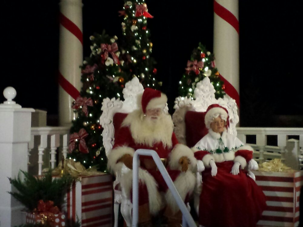 Santa and Mrs Claus near the American Aventure