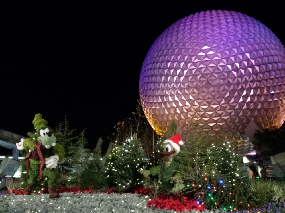 Goofy & Donald topiaries at the entrance to Epcot