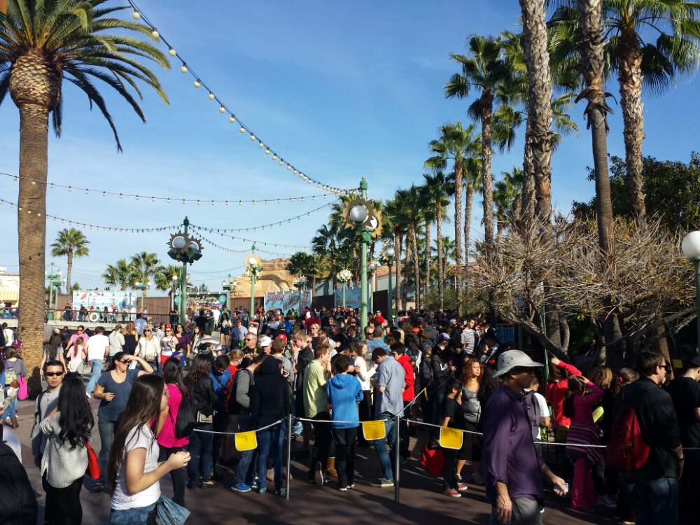 The Screamin queue is out in the walkway making this area feel very crowded, the standby wait was 55min