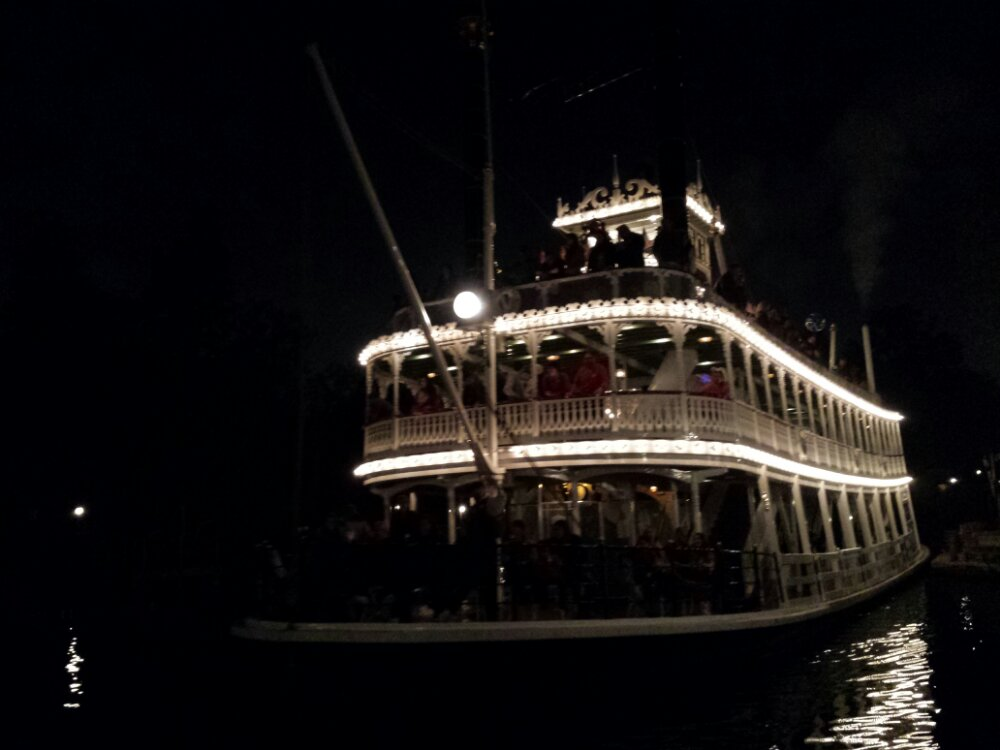 Night voyages on the Mark Twain, a nice side effect of no Fantasmic