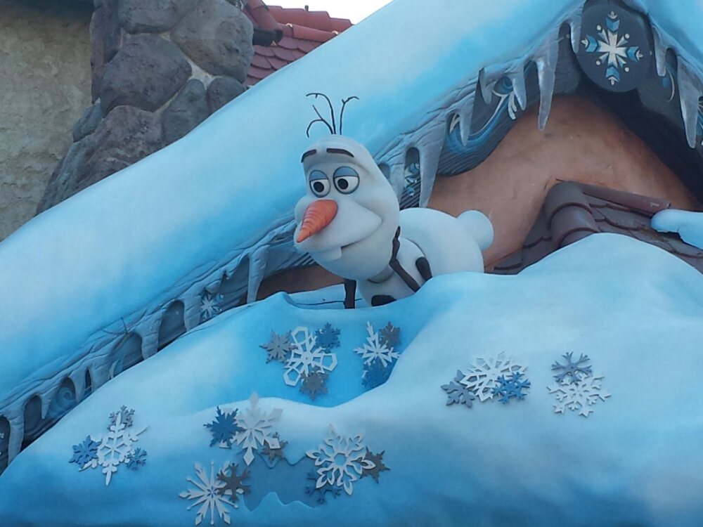 Olaf watching over the entrance to the Frozen Royal Reception, which had a posted 120min wait
