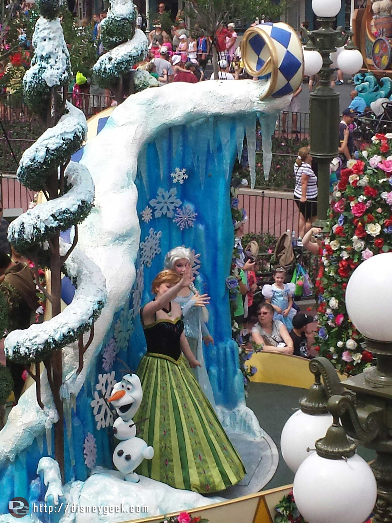 The Frozen sisters & Olaf sort of, better pics with the SLR – Festival of Fantasy parade #WDW Magic Kingdom