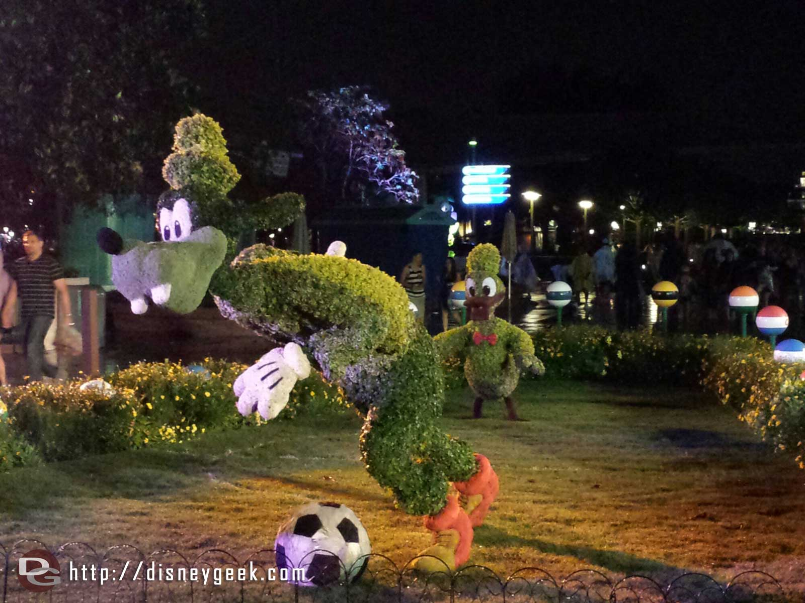 Goofy & Donald soccer topiaries – Epcot International Flower & Garden Festival