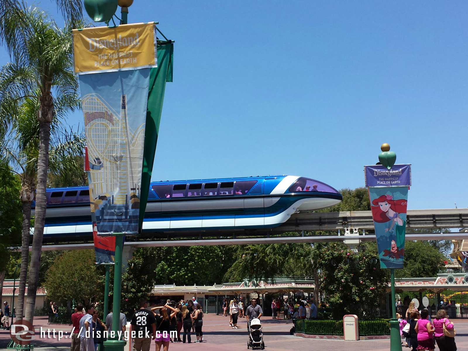 Just arrived at #Disneyland Resort. Monorail blue is currently stopped in the esplanade