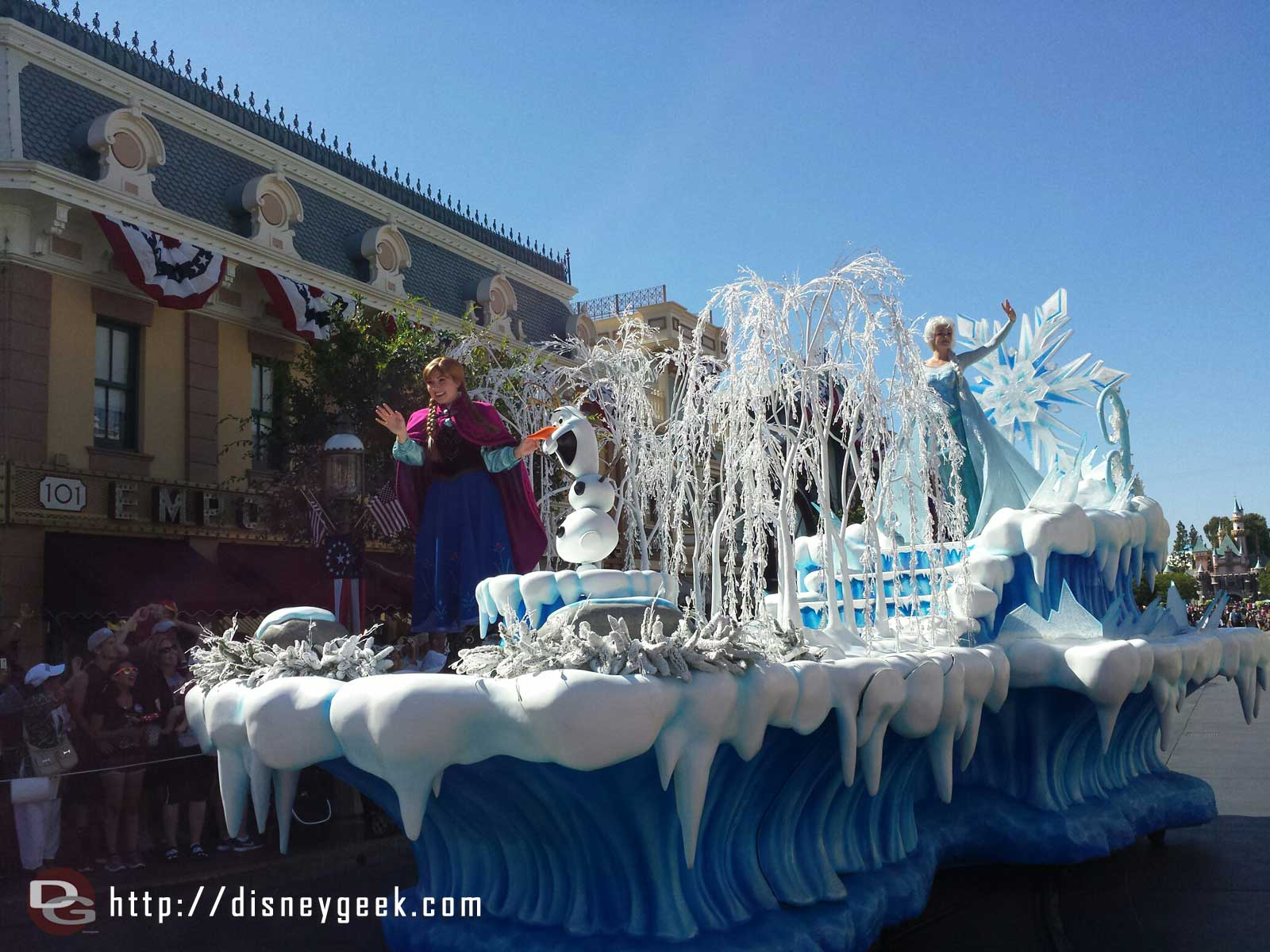 Anna Elsa & Olaf #Frozen pre-parade at #Disneyland