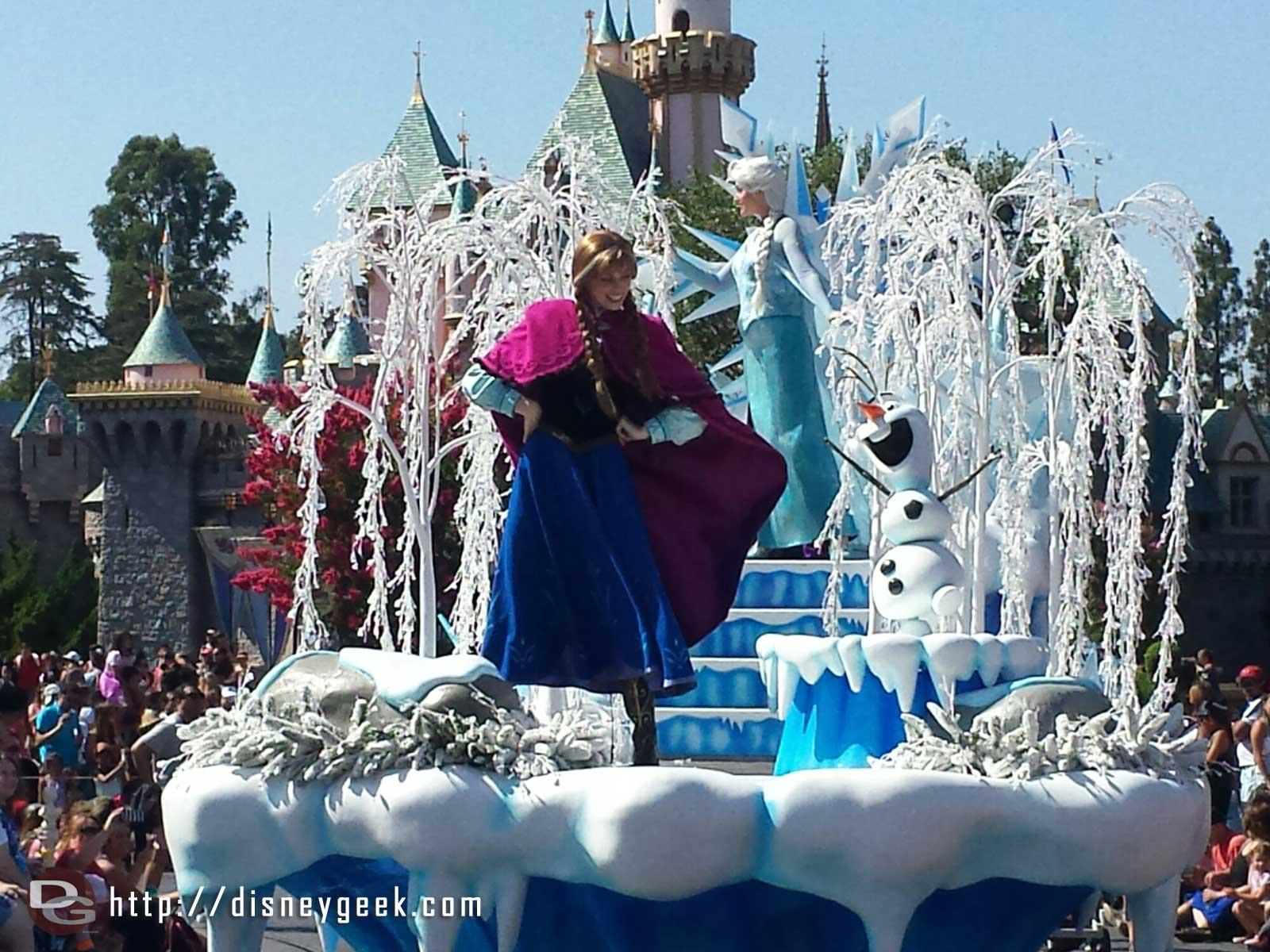 #Frozen pre-parade featuring Anna, Elsa & Olaf #Disneyland