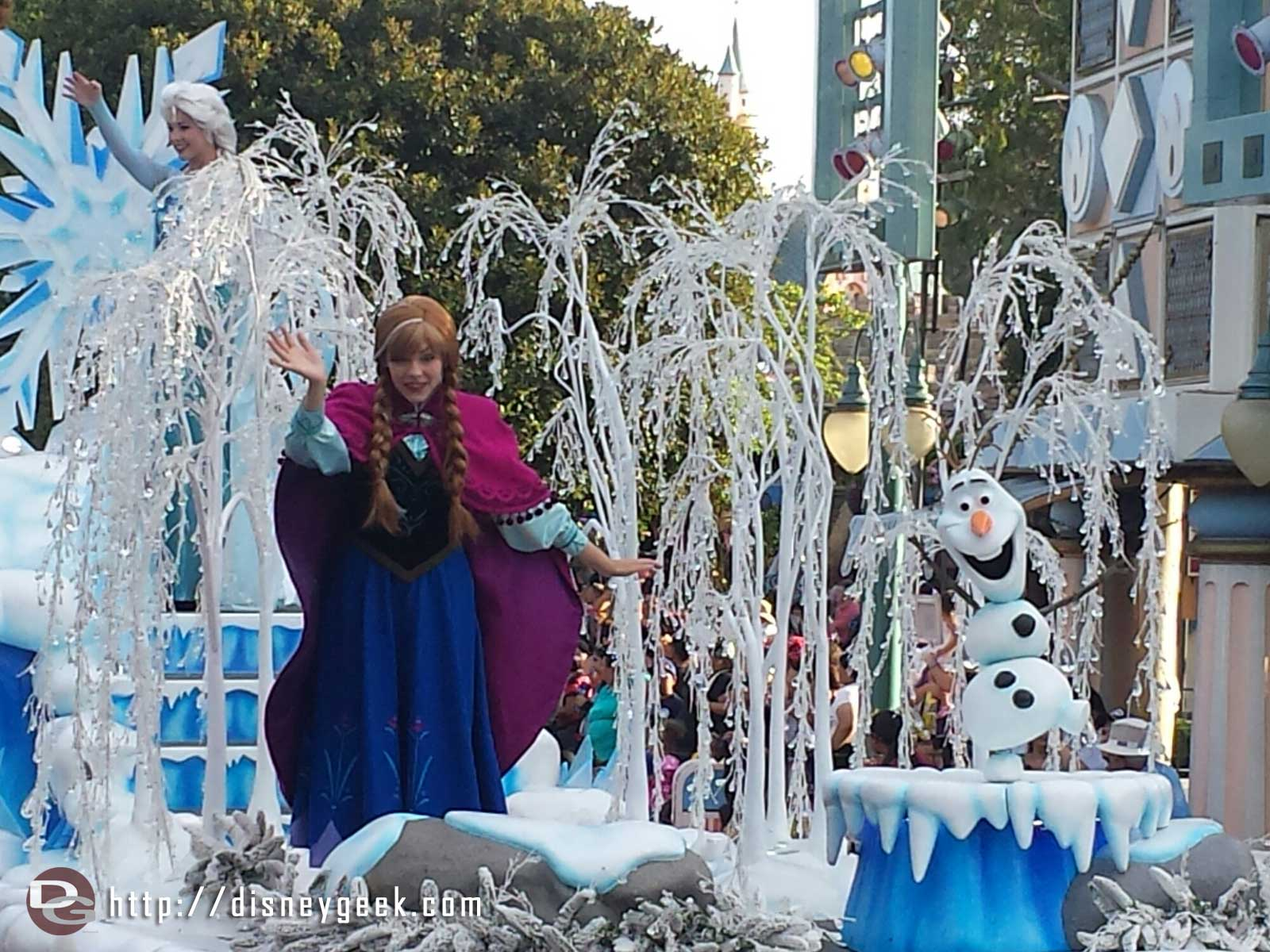 The #Frozen preparade ran before both Soundsational parades today – Anna, Elsa & Olaf #Disneyland