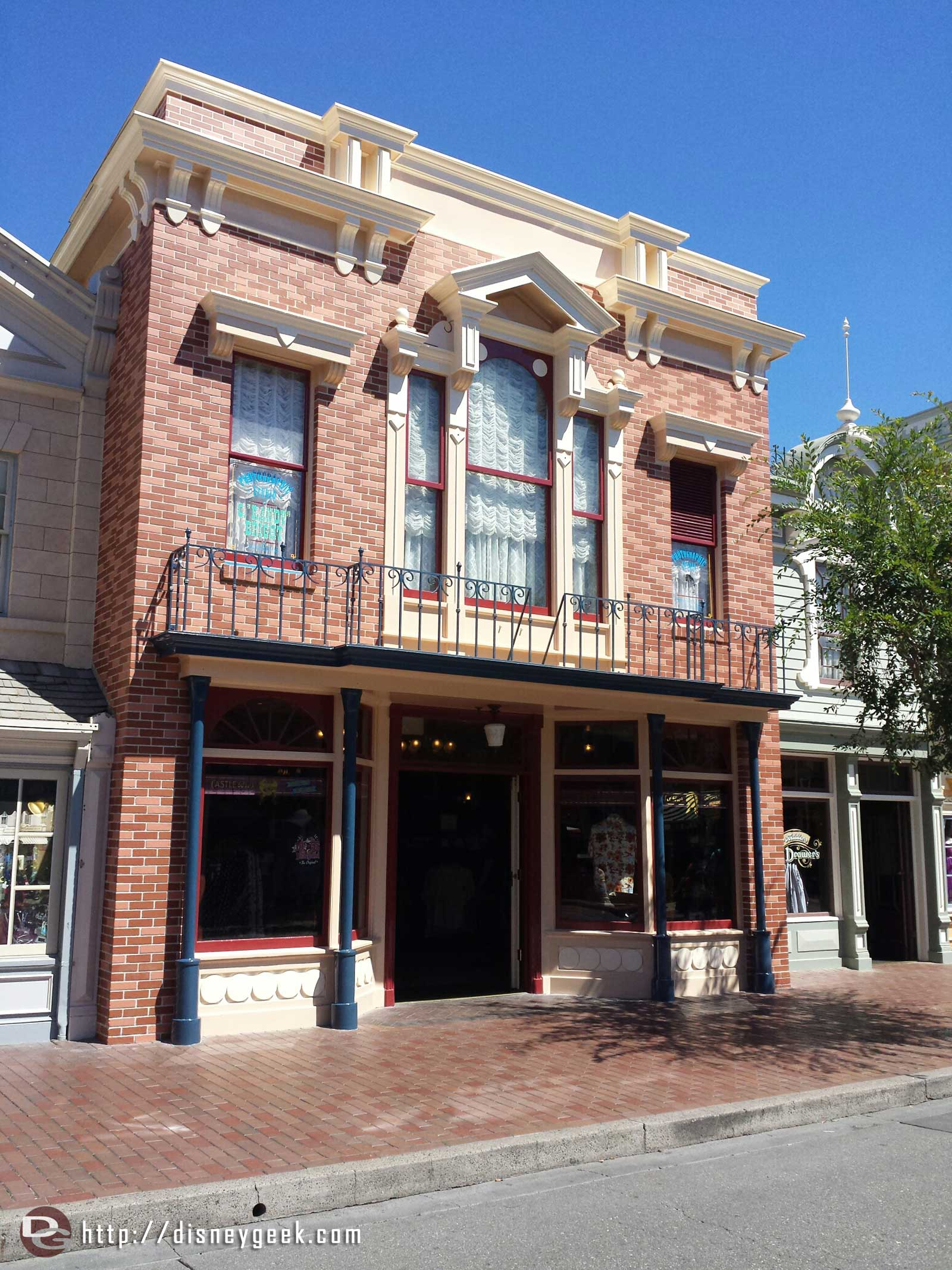 The scaffolding is gone from the Castle Bros store on Main Street USA #Disneyland