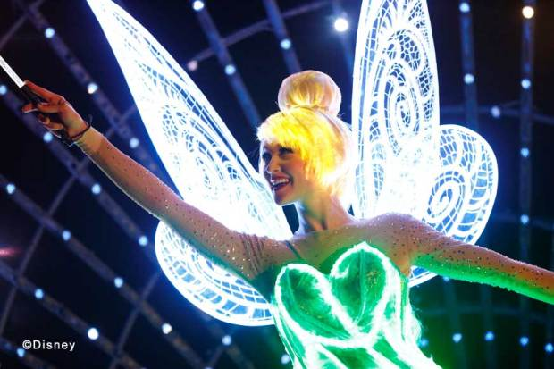 """Disney Paint the Night"" Tinker Bell Opening Unit Tinker Bell leads the way before a dazzling ""color spiral"" of sparkling fairy dust! She magically flies within this ""color spiral"" while spreading pixie dust all around her."