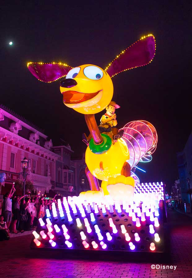 """Disney Paint the Night"" Toy Story Unit Slinky Dog scampers along with Woody and Buzz holding on for dear life! Slinky's ever-moving, ever-changing ""coils"" glow with eye-popping, ever-changing and iridescent patterns."