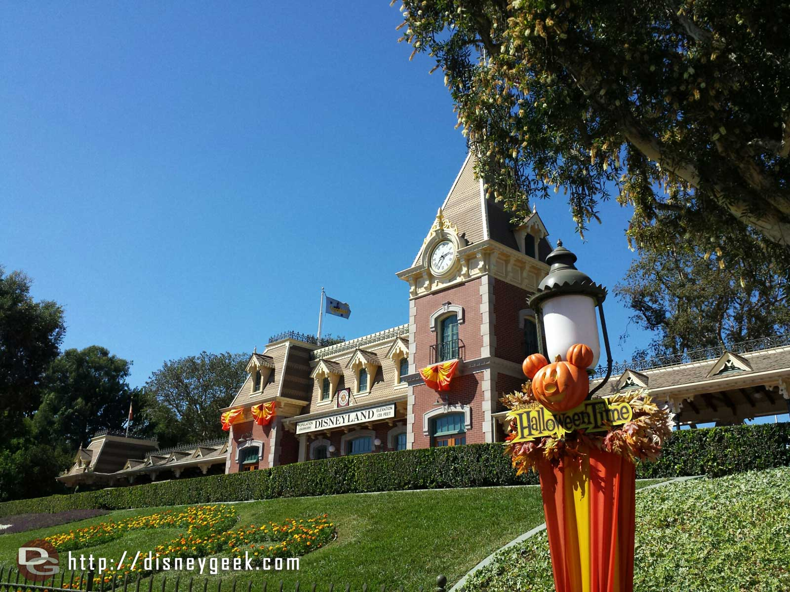 #Disneyland – #HalloweenTime sign & train station
