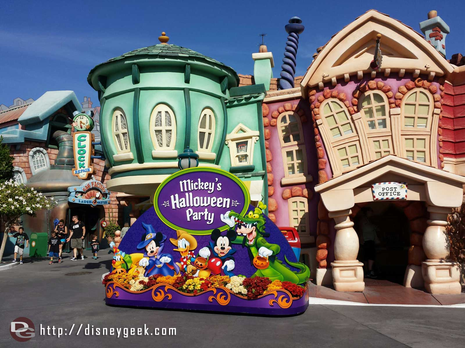 A random Halloween Party photo back drop out in Toontown already.
