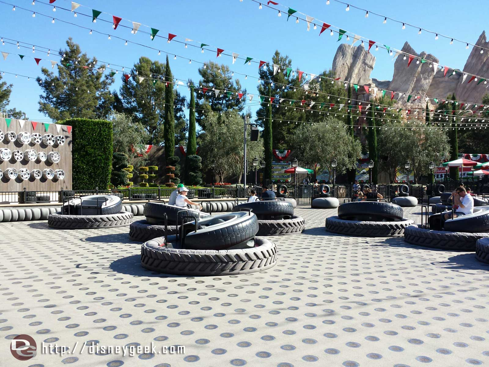 Went for a flight on the Flying Tires, no wait. The cycle before me had more empty than with guests #CarsLand