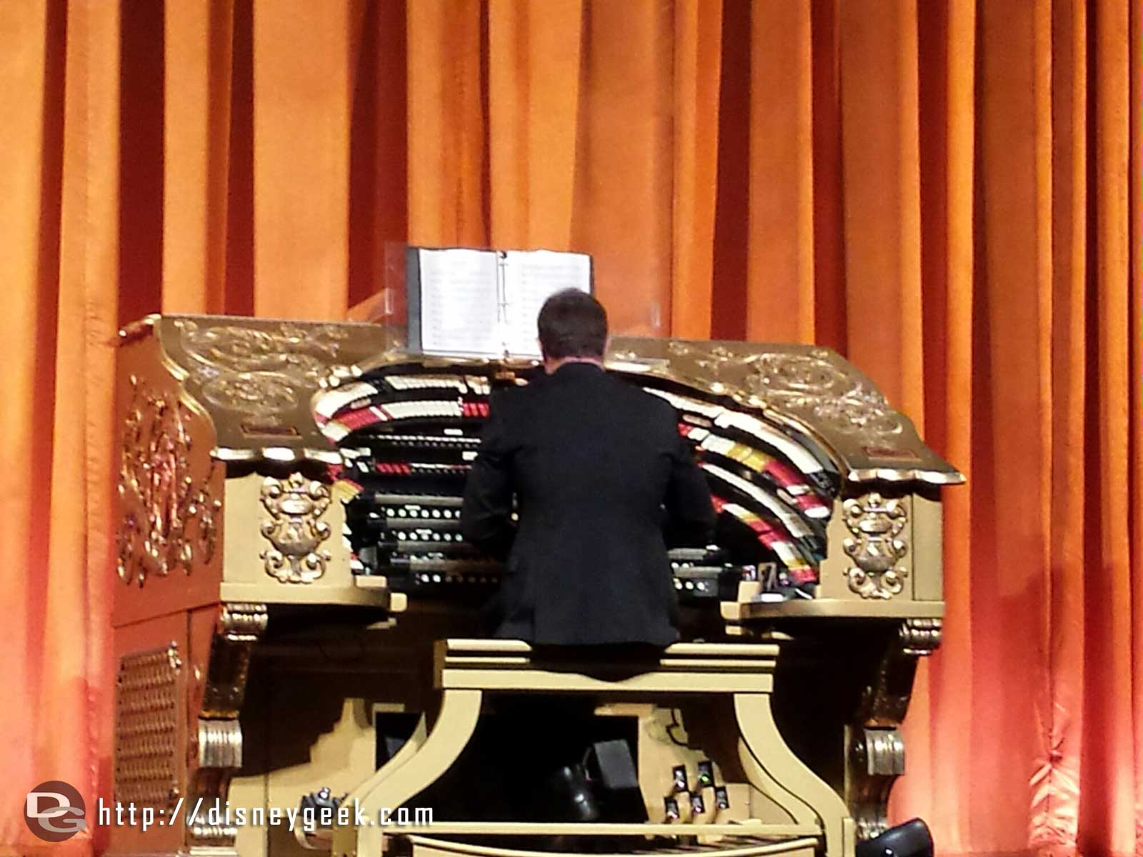 @ElCapitanThtre organist entertaining us with Disney music before #BigHero6