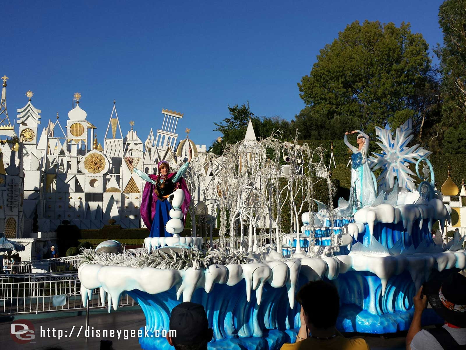 Anna, Elsa & Olaf are on the Winter Wonderland float #Disneyland #Frozen