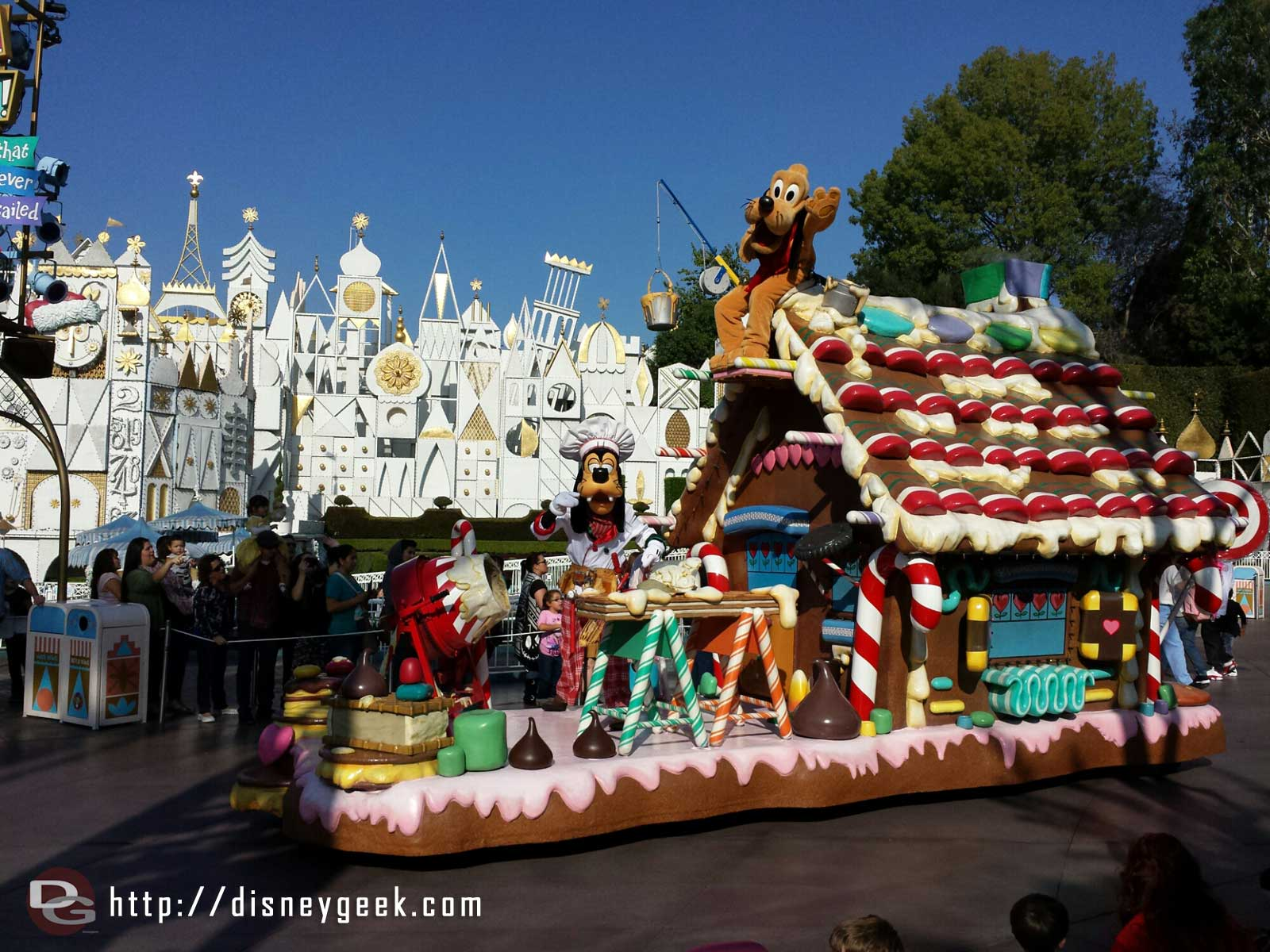 Goofy & Pluto in A Christmas Fantasy Parade #Disneyland