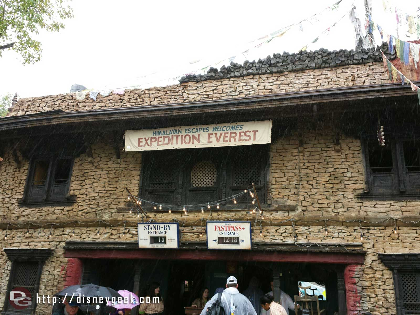 Thanks to the cool rain the park is quiet.. only 15 min wait for Everest