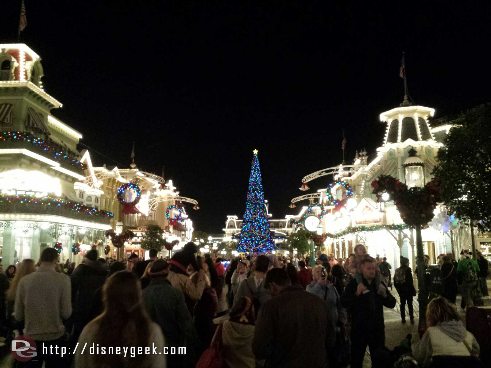 Main Street USA crowded with party guests arriving and day guests leaving #WDW