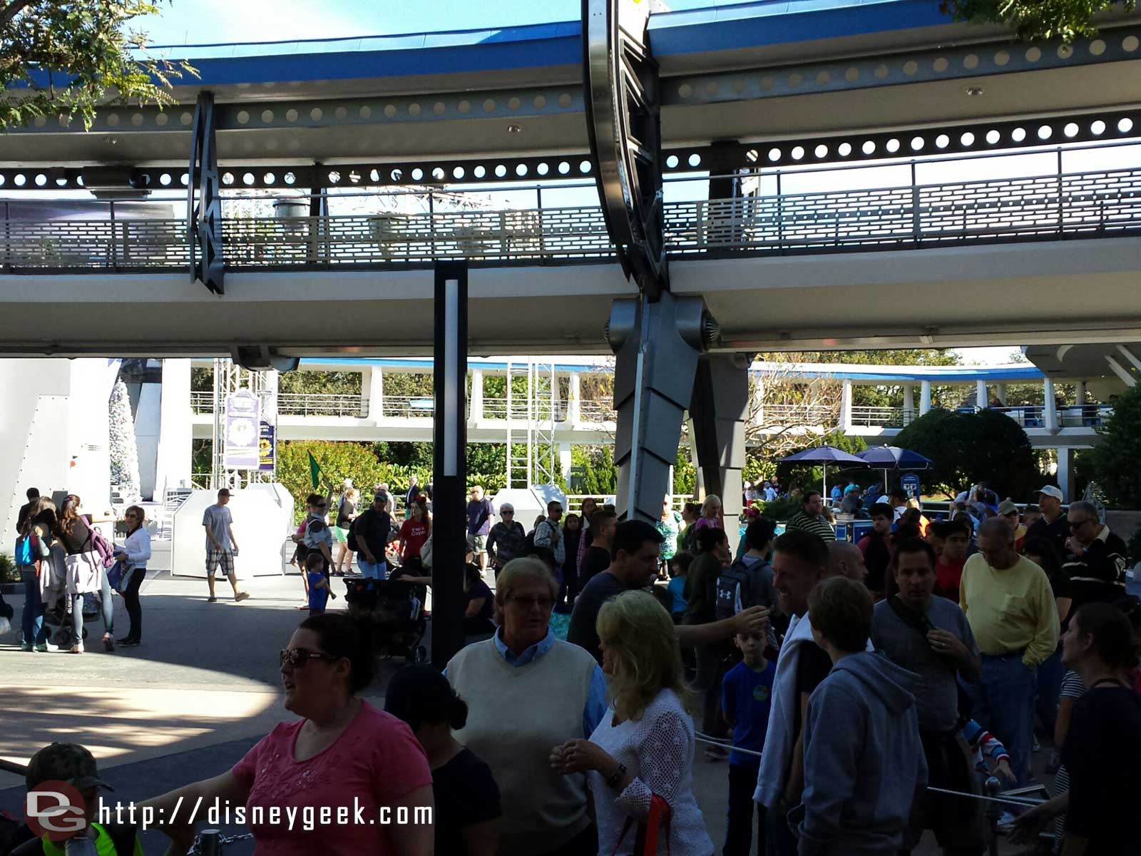 The Peoplemover has a 10 min wait today.  The CM with the green flag marks the end #WDW