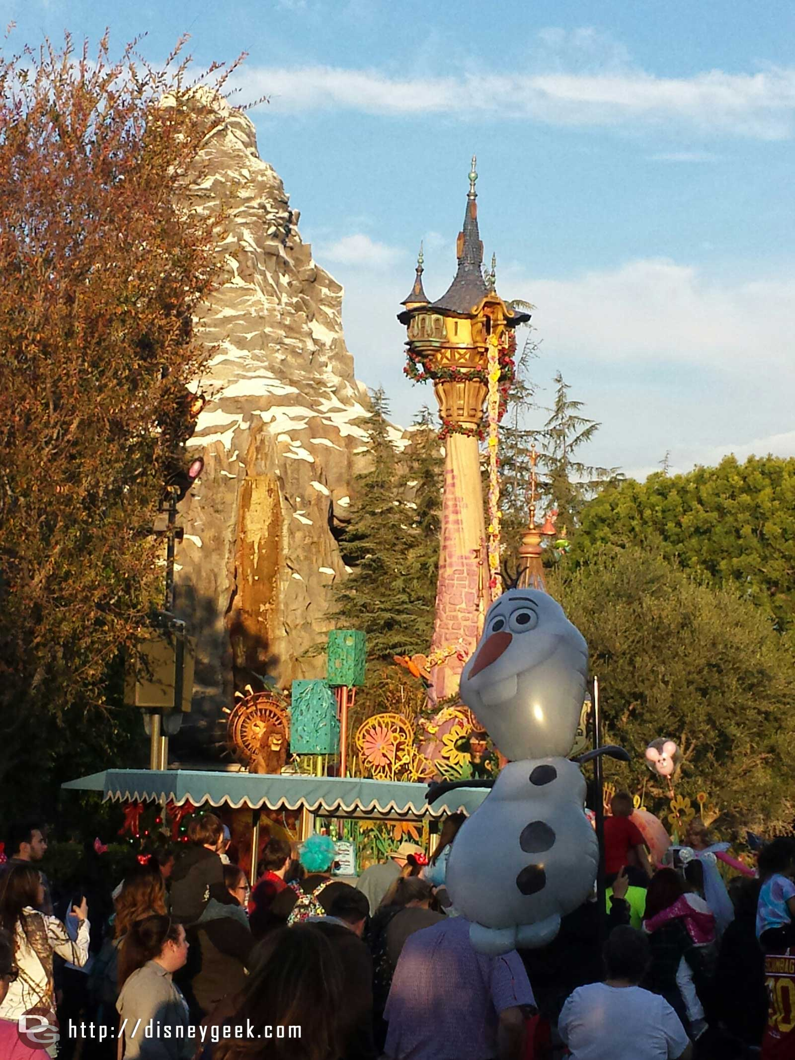 Olaf watching the return of Soundsational earlier today #Disneyland