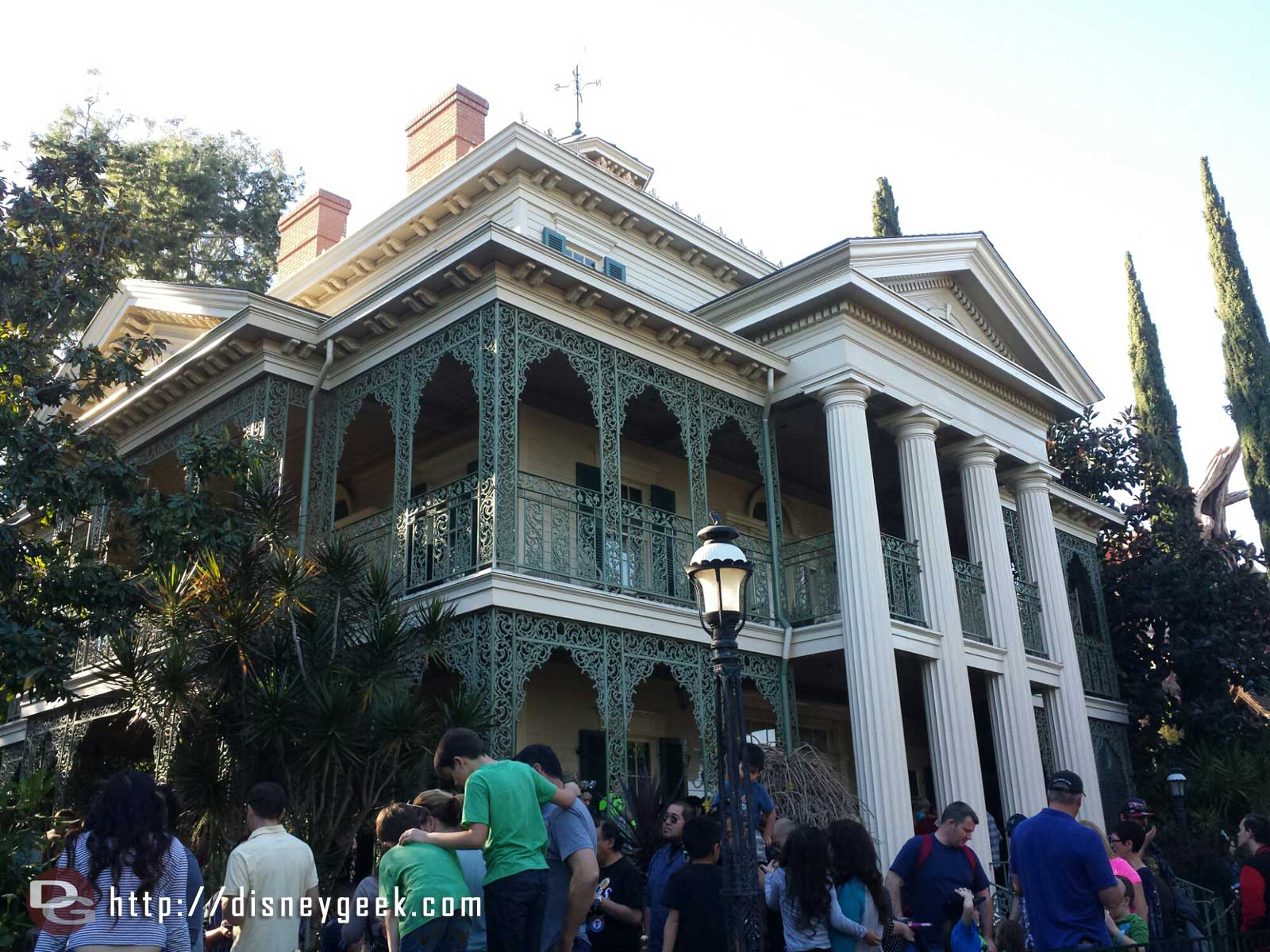 Haunted Mansion reopened today with it's regular show #Disneyland