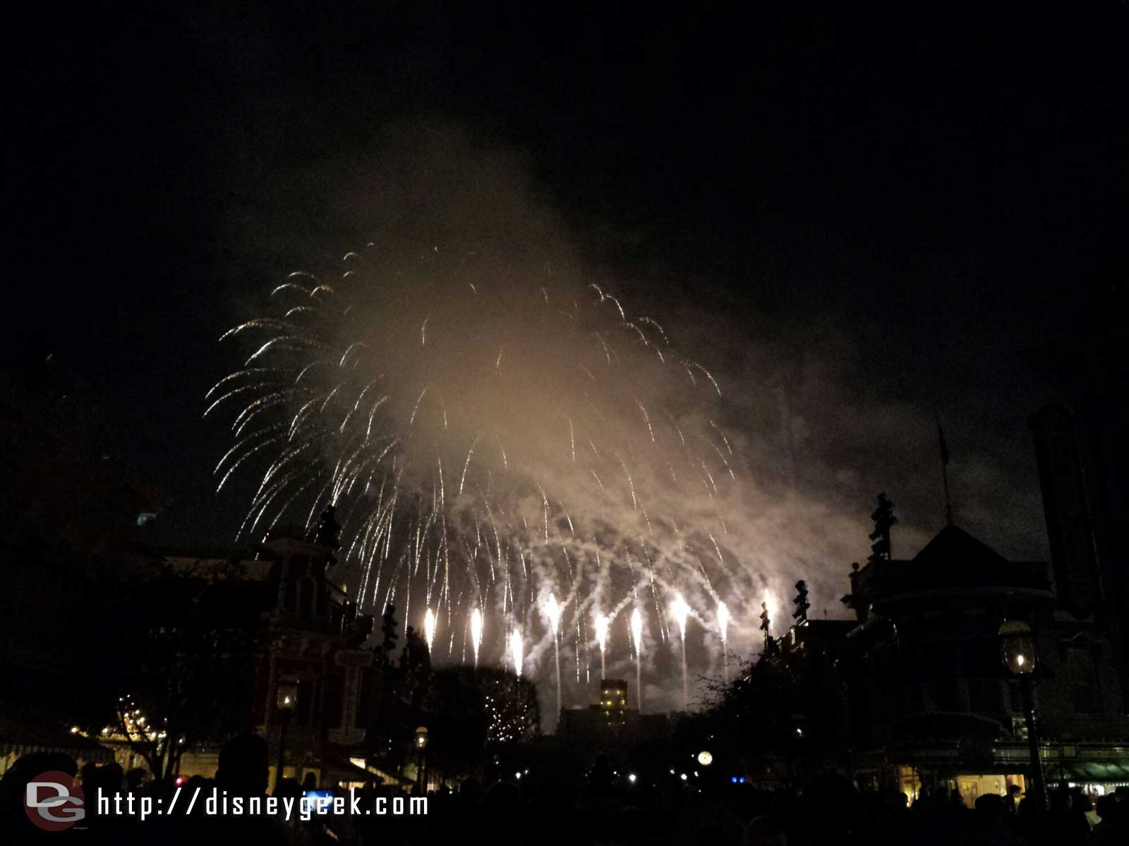 A partially obstructed Fantasy in the Sky fireworks tonight due to wind #Disneyland
