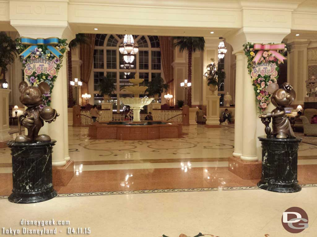 Mickey & Minnie statues as you walk into the #TokyoDisneylandHotel