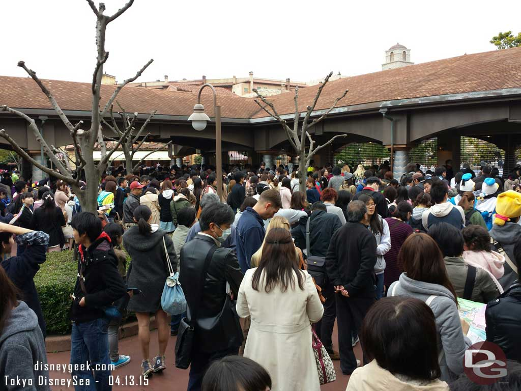 15 min before opening and #TokyoDisneySea is not too insane #TDR