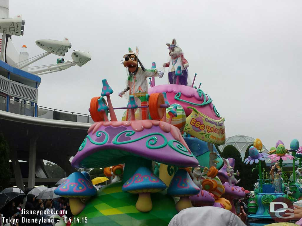 Rainy day version of Hippity Hoppity Springtime featured the floats & characters no stops #TokyoDisneyland