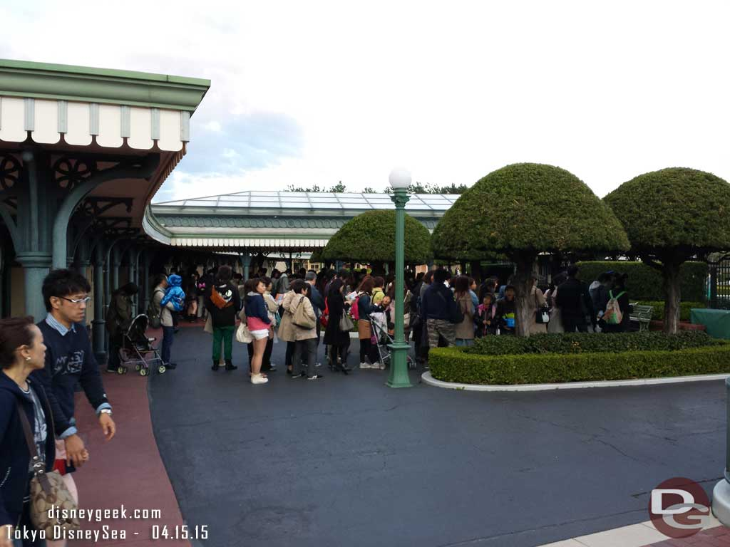 Guests lined up to enter #TokyoDisneyland for the 6pm pass