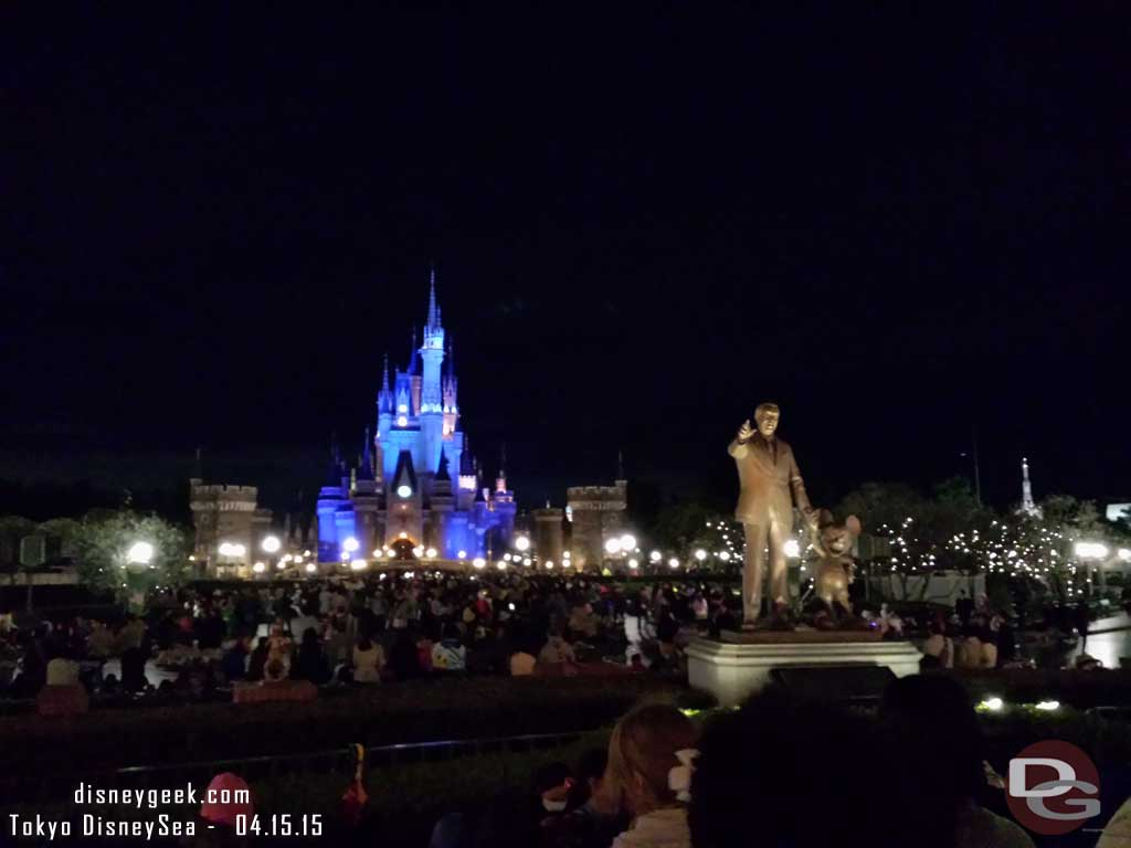 Waiting for the evening shows near Partners #TokyoDisneyland